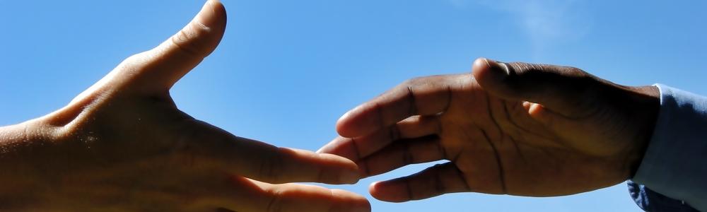 Kontakt durch Hände reichen
